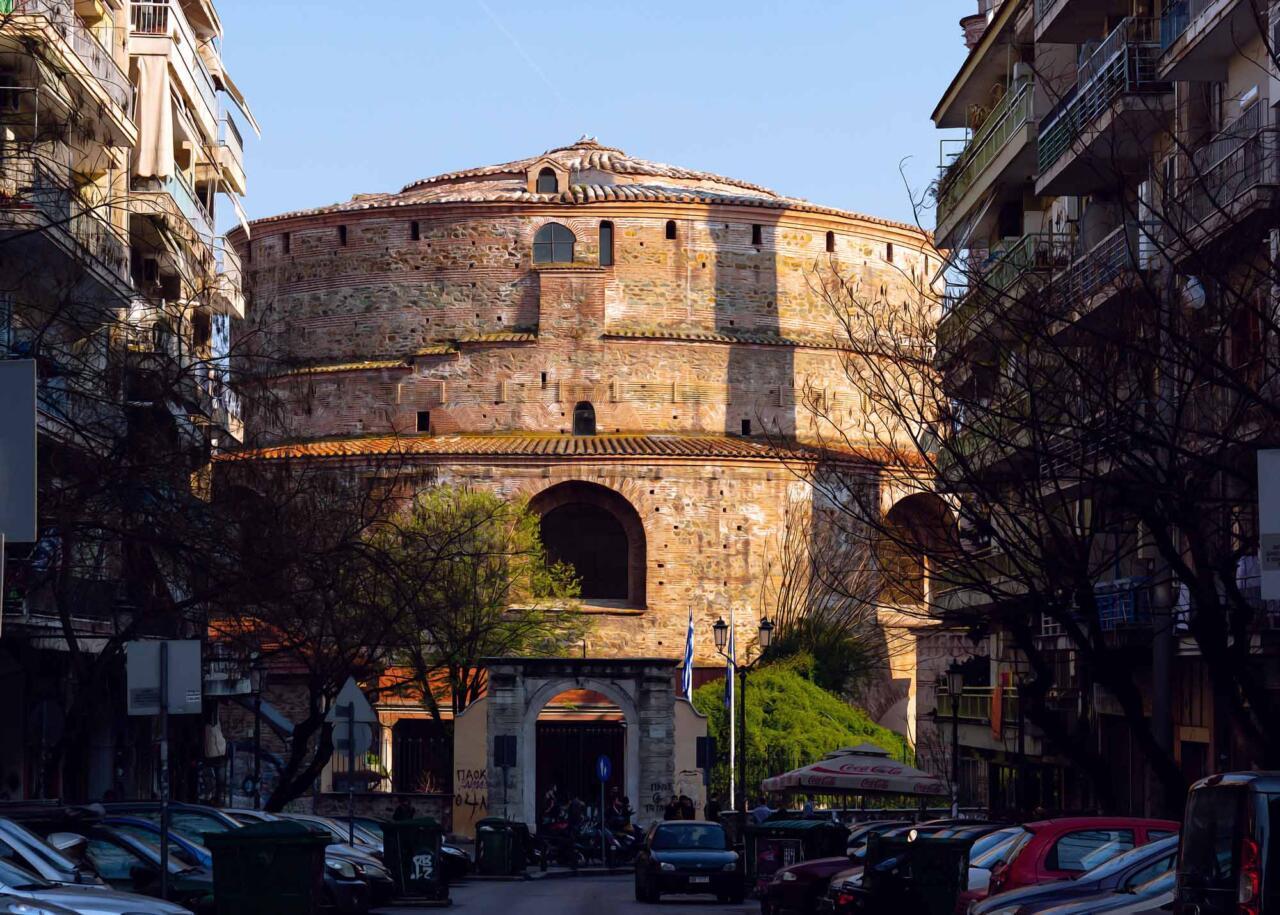 вид на Ротонду среди бетонных строений в Салониках, Греция