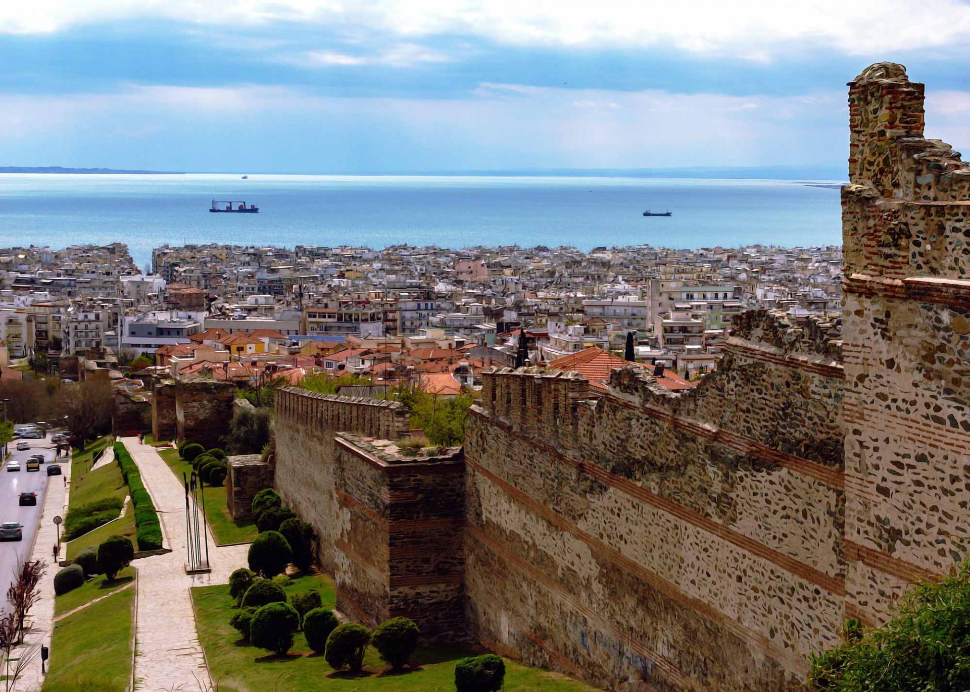 крепостные стены города Салоники на экскурсии по Салоникам