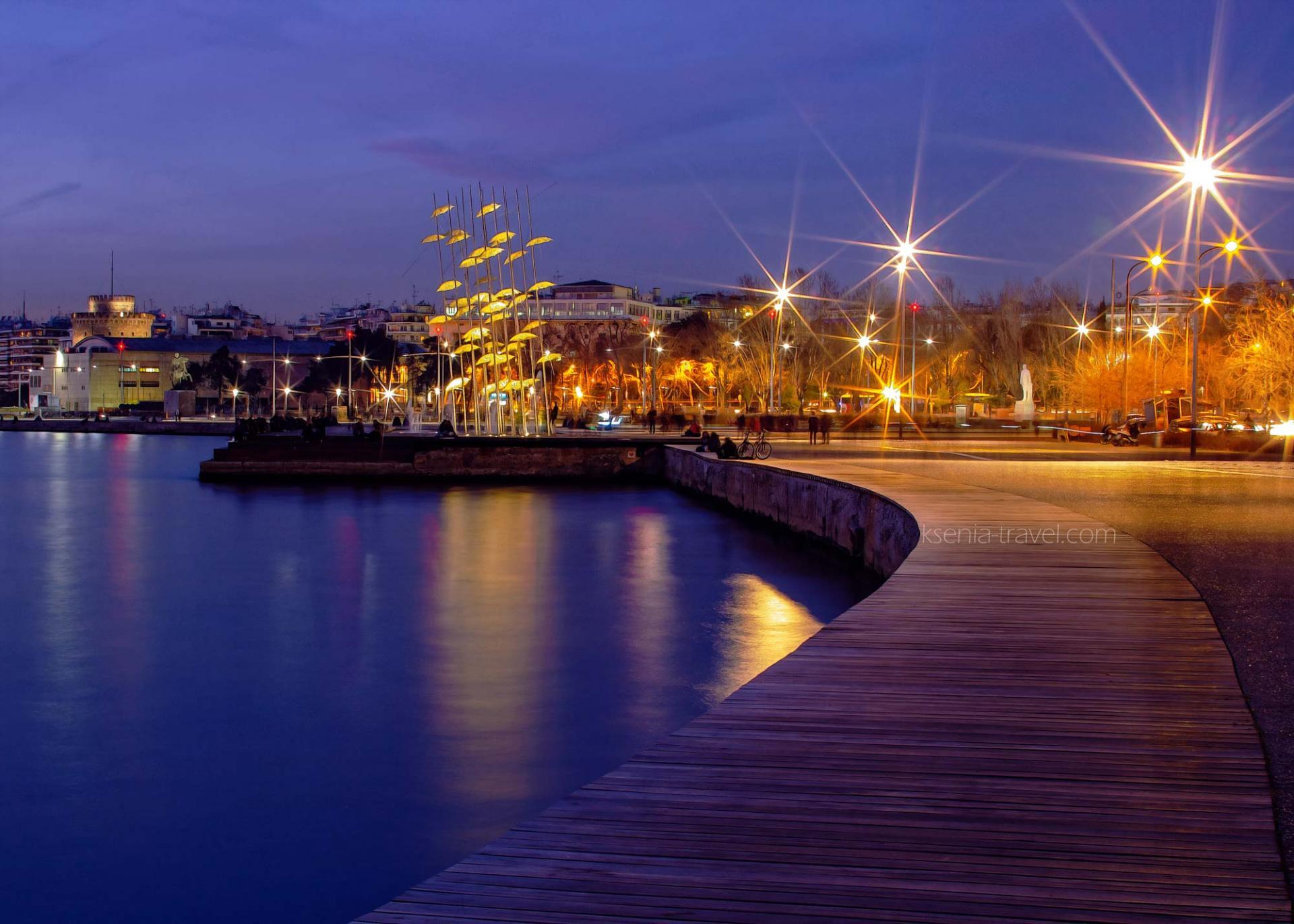 ночные Салоники, экскурсии по Салоникам, композиция Зонтики на набережной