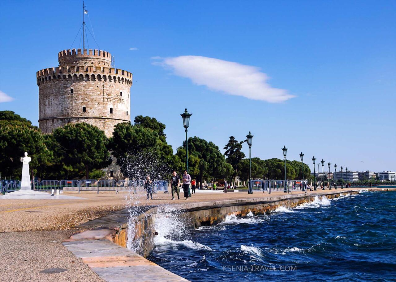 белая башня на берегу моря в Салониках