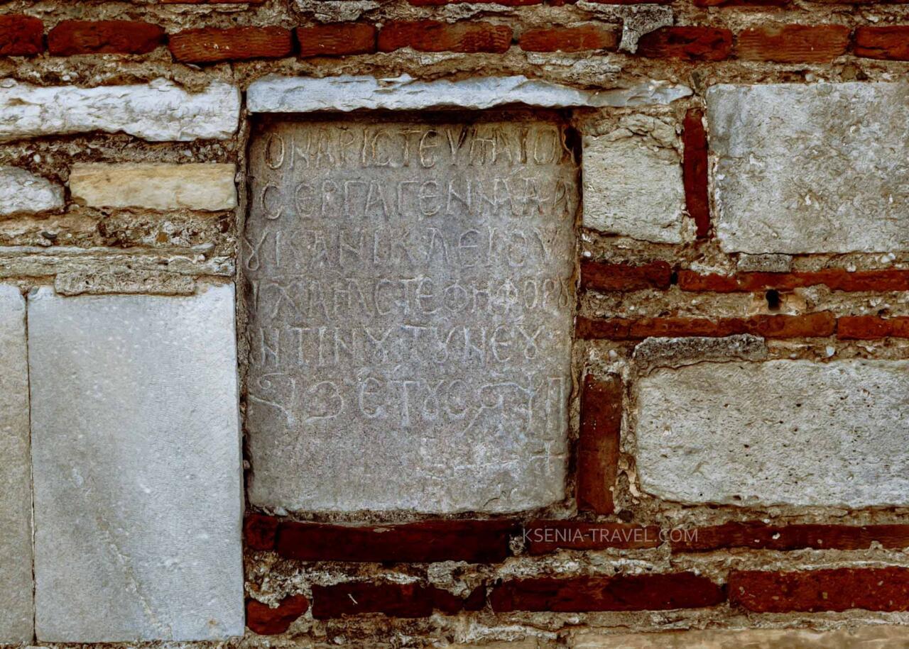 надпись на мраморе в северной стене храма Ипапанти (Сретения Господня), город Салоники
