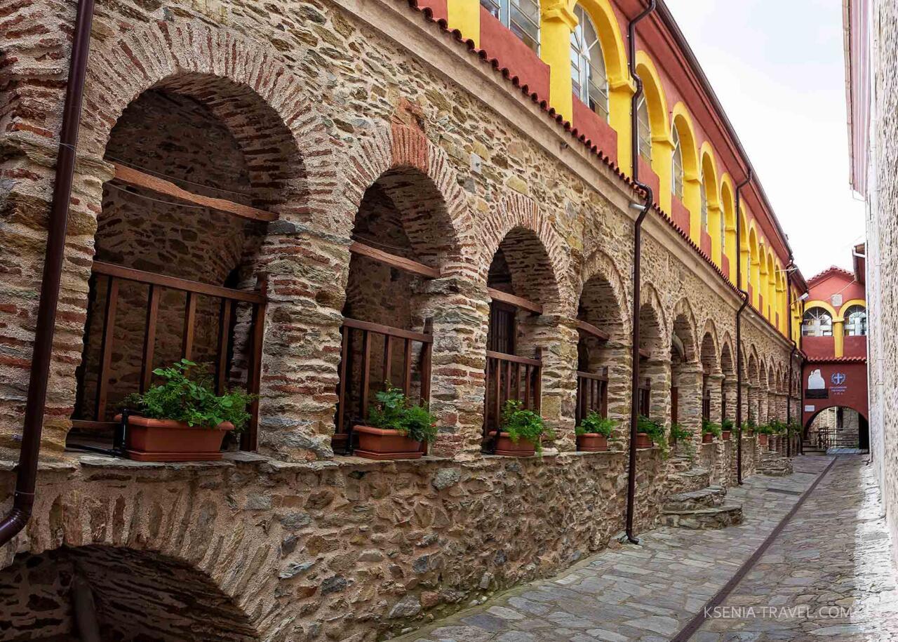 внутренний двор монастыря Анастасии Узорешительницы в Греции