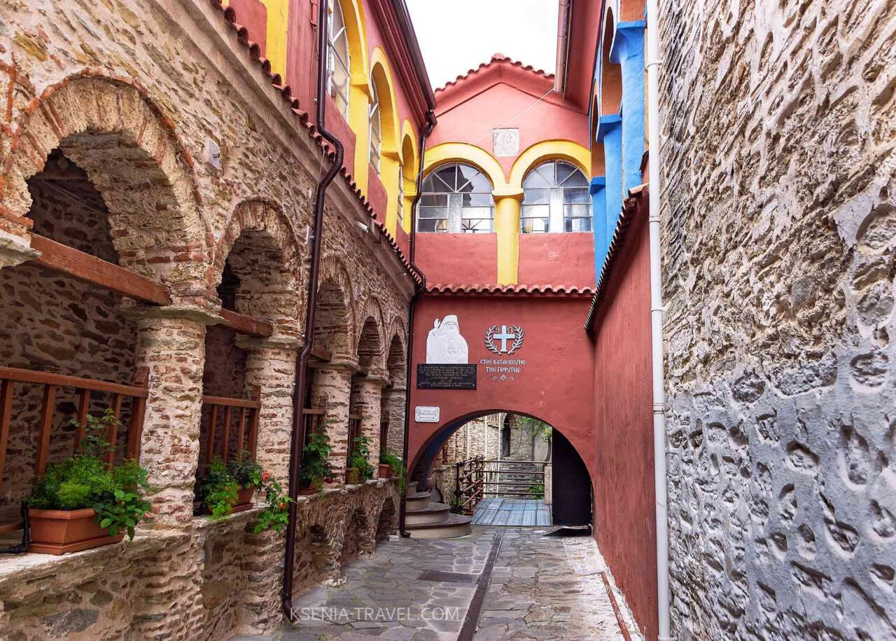 внутренний двор в монастыре Святой Анастасии Узорешительницы, Салоники