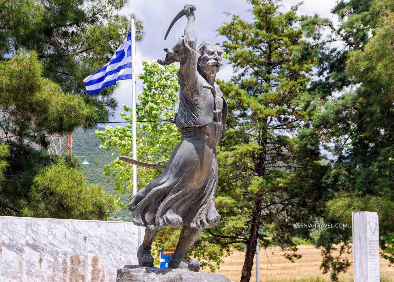 памятник Стаматиосу Хапсасу вблизи монастыря Анастасии Узорешительницы,  где произошло сражение в 1821 году