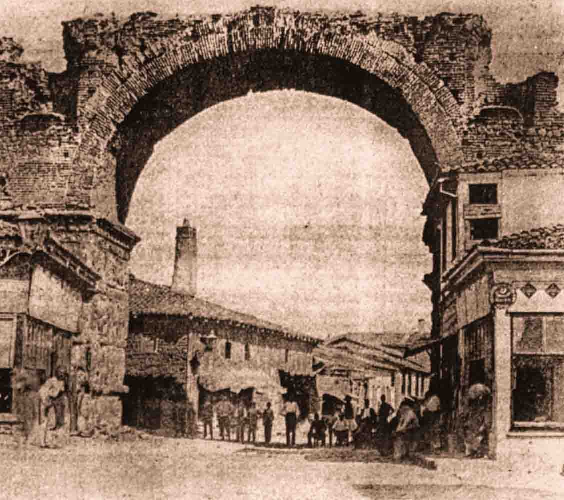 чёрно-белое фото арки Галерия