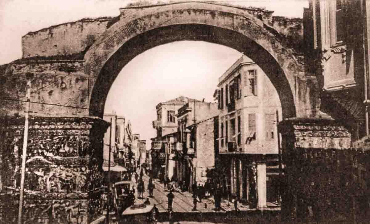 трамвайные пути под аркой Галерия в Салониках