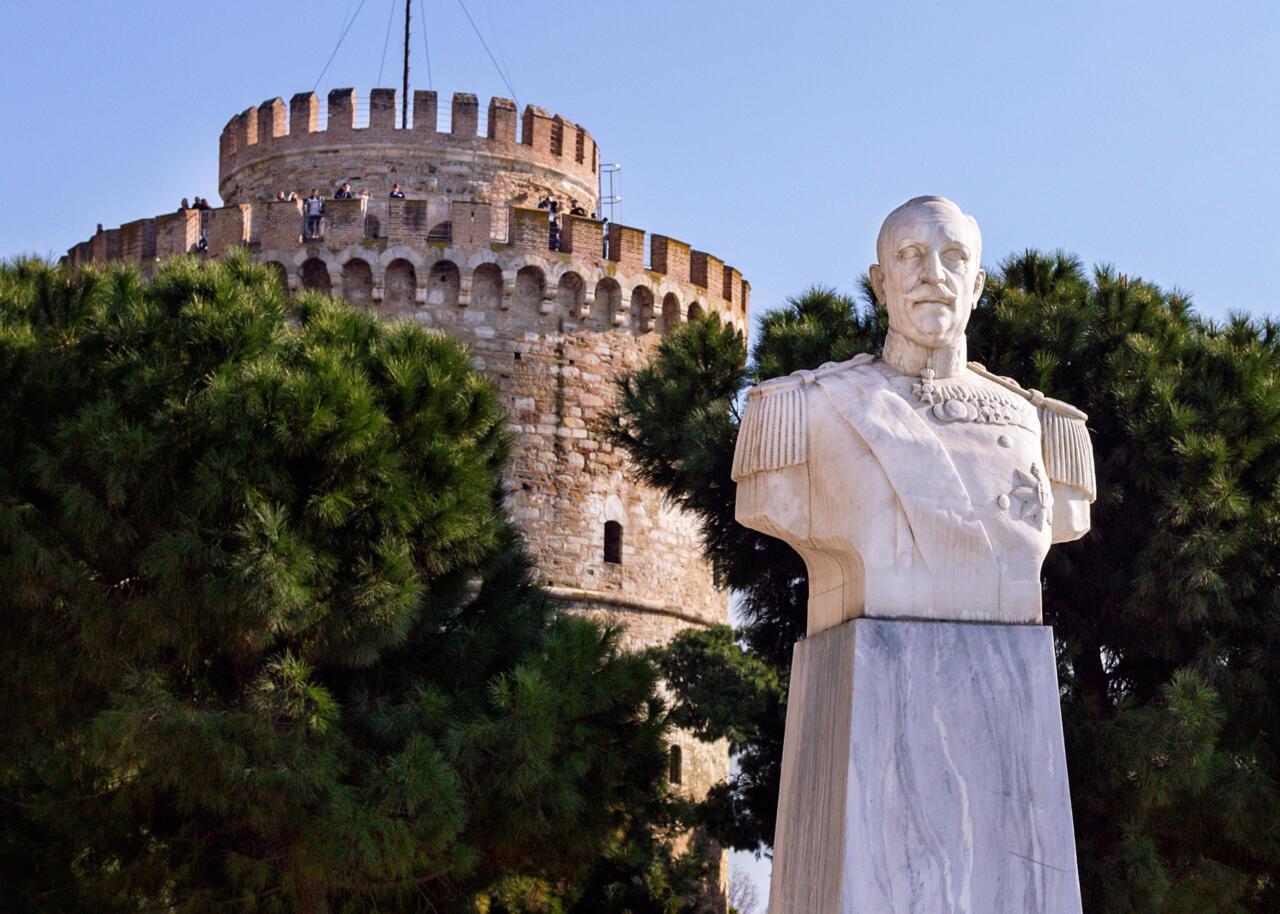 памятник Николаю Вотсису возле Белой башни в Салониках