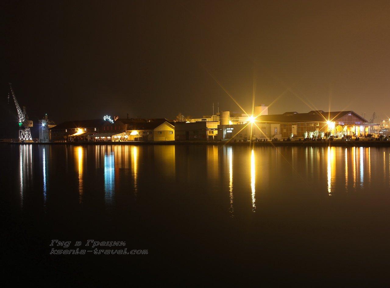 ночной порт в городе Салоники