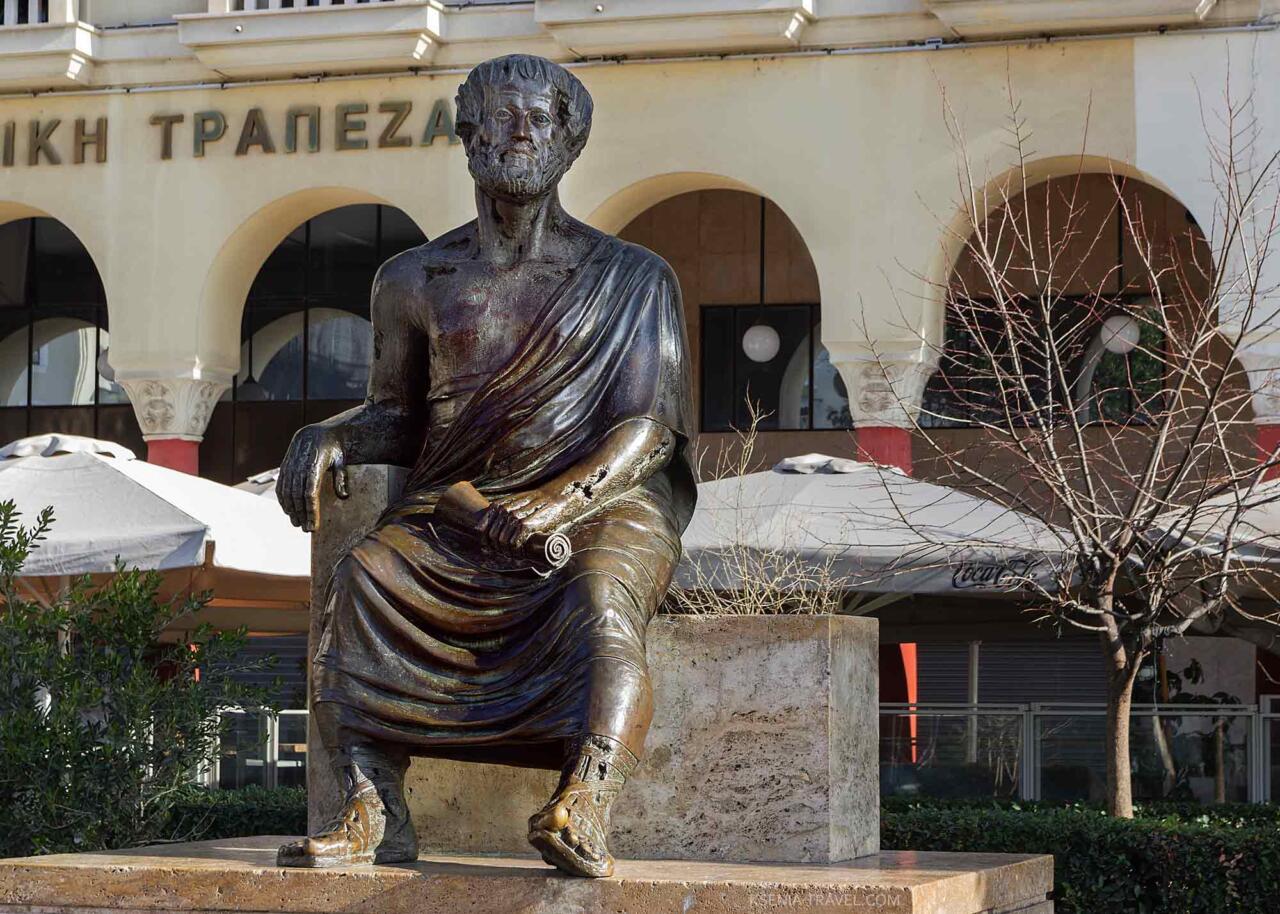 Статуя философа Аристотеля в Салониках
