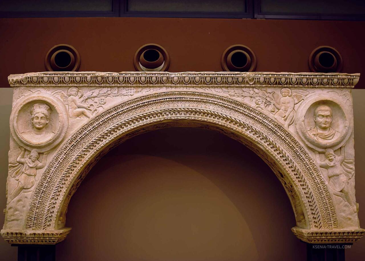 Арка с изображением Галерия и Валерии, археологический музей