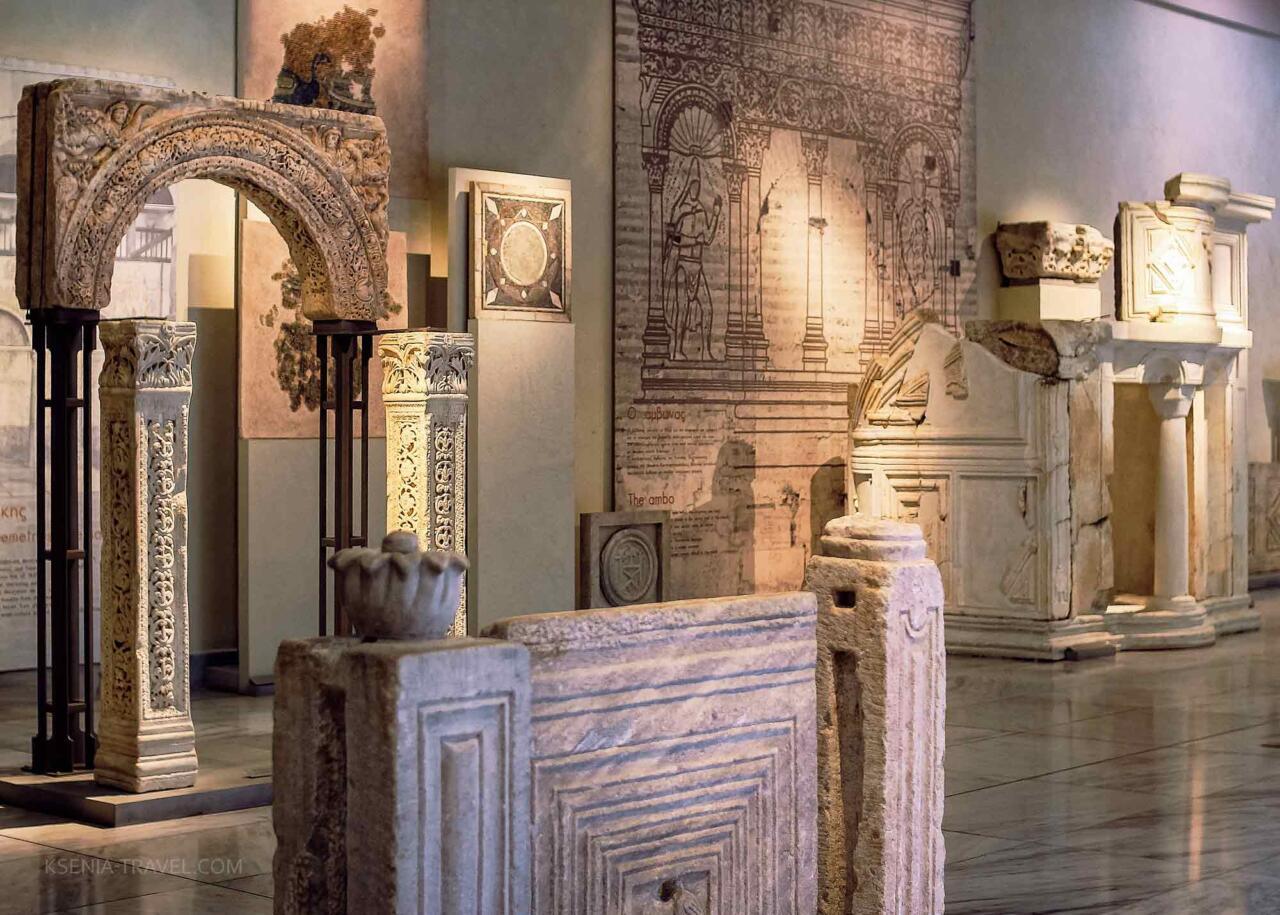 Мраморные элементы раннехристианского храма в музее Салоники